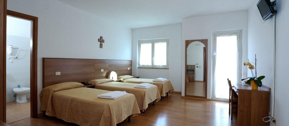 L'Hotel  dispone di 85 camere per 217 posti letto disposti in doppie, triple e quadruple con bagno privato, aria condizionata, collegamento ad internet Wi-Fi, TV, telefono e balcone